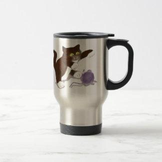 Gatito y la bola púrpura del hilado taza de viaje
