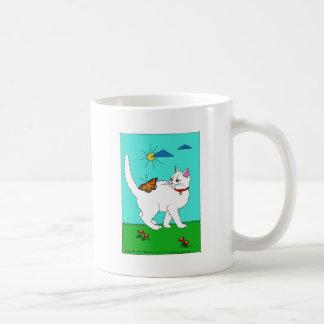 Gatito y mariposa blancos taza