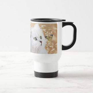 Gatito y mariposa blancos taza térmica