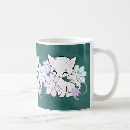 Gatito y trullo blancos lindos de las flores del p tazas
