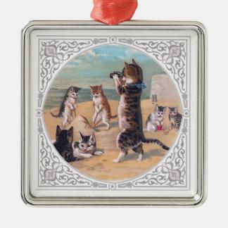 Gatitos antropomorfos en la playa adorno navideño cuadrado de metal