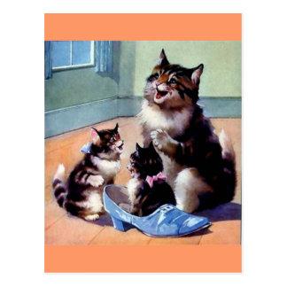 Gatitos con el gato de la madre y un zapato postales
