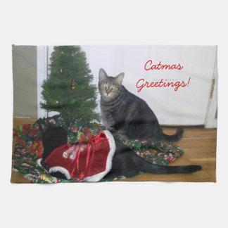Gatitos con la toalla de cocina del árbol de navid