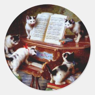Gatitos de Carl Reichert que juegan el piano Pegatina Redonda