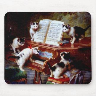 Gatitos de Carl Reichert que juegan el piano Alfombrillas De Raton