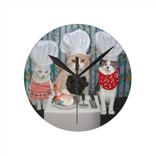 Gatitos del cocinero relojes de pared