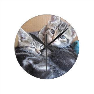 Gatitos del hermano reloj redondo mediano