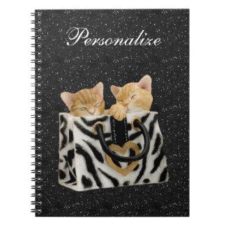 Gatitos en cuaderno del brillo del negro del bolso