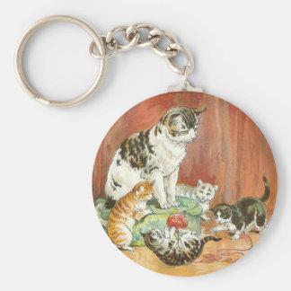 Gatitos en el juego llavero redondo tipo pin