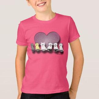 Gatitos en la camiseta de la fila de un chica de