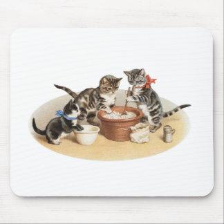 Gatitos en la cocina tapete de ratón