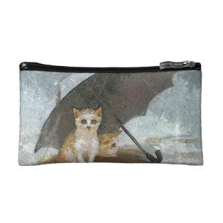gatitos en la lluvia en bolso cosmético
