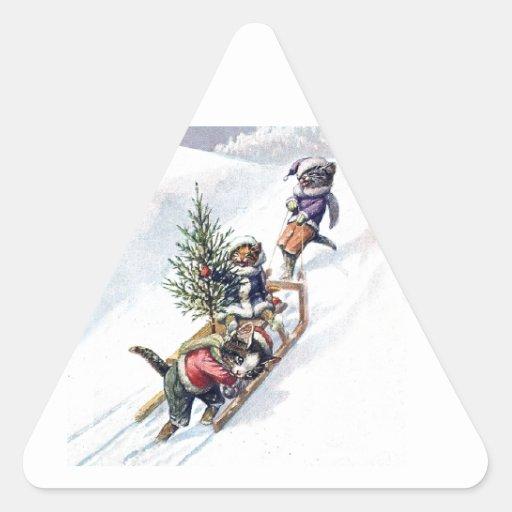 Gatitos en la nieve que consigue un árbol de pegatina de triangulo