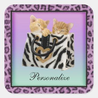 Gatitos en pegatinas púrpuras del estampado pegatina cuadrada