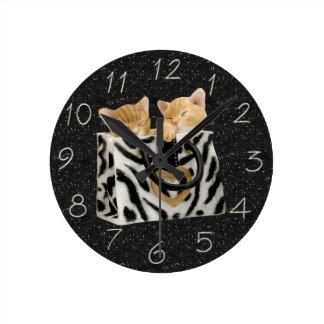 Gatitos en reloj del brillo del negro del bolso de
