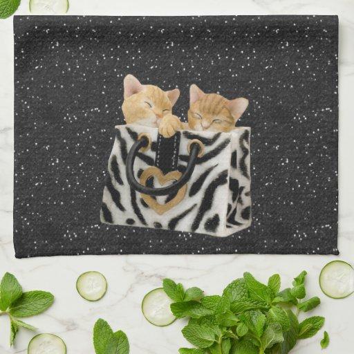 Gatitos en toalla de cocina del brillo del negro