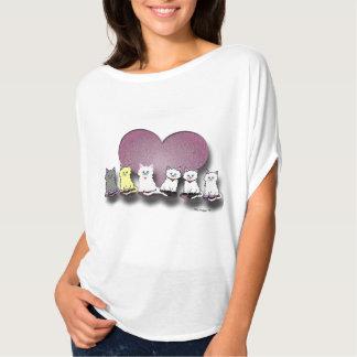 Gatitos en una camiseta de las mujeres de la camisas
