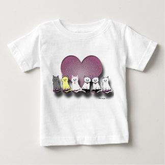 Gatitos en una camiseta del niño de la tarjeta del