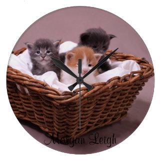 Gatitos en una cesta reloj redondo grande