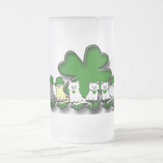Gatitos irlandeses en una taza helada fila