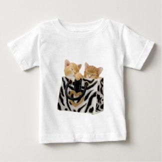 Gatitos lindos en bolso del estampado de zebra playeras