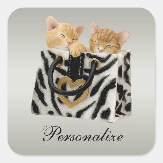 Gatitos lindos en pegatinas del bolso del pegatina cuadrada