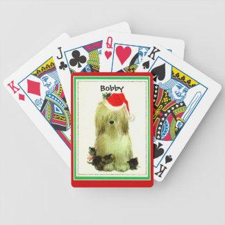 Gatitos negros y perro blanco lanudo con el gorra  baraja de cartas