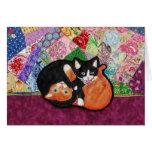 Gatitos que juegan en el edredón -- tarjeta de fel