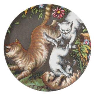 Gatitos que juegan en la placa del jardín plato para fiesta