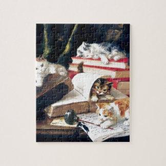 Gatitos que juegan en un escritorio rompecabezas con fotos