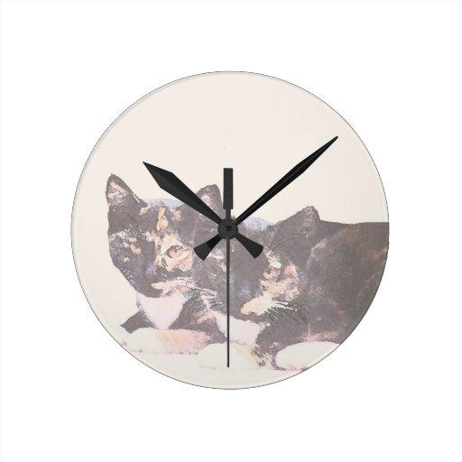 Gatitos salvajes de la fauna de los animales de reloj redondo mediano