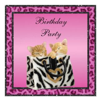"""Gatitos y fiesta de cumpleaños rosada de la piel invitación 5.25"""" x 5.25"""""""