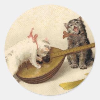 Gatitos y la mandolina pegatina redonda