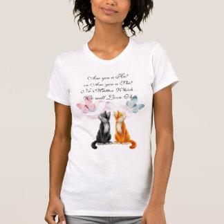 Gatitos y mariposas que cuentan con la camiseta playeras