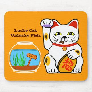 Gato afortunado. Pescados desafortunados Mouse Pads