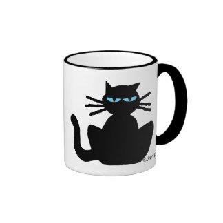 Gato agujereado con la taza de café de los ojos az