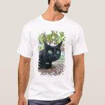 gato alertado que oculta debajo de arbusto playera