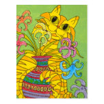 Gato amarillo con el florero de lirios tarjetas postales