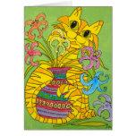 Gato amarillo con el florero de lirios tarjetón