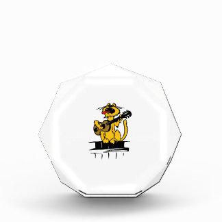 gato amarillo que toca la guitarra y que canta