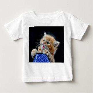 Gato anaranjado azul que juega y que muerde de Cub T Shirt