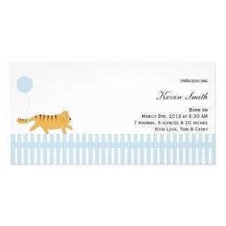 Gato anaranjado con la invitación del bebé del glo tarjeta fotográfica personalizada