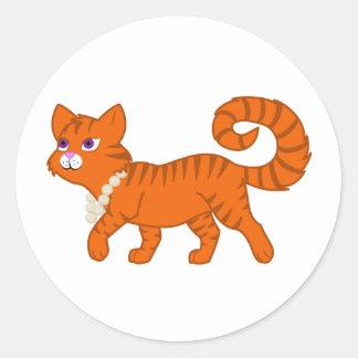 Gato anaranjado de la raya del tigre con el collar pegatina redonda