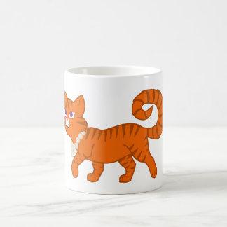 Gato anaranjado de la raya del tigre con el collar taza clásica