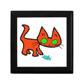 Gato anaranjado del gatito que juega con un juguet caja de recuerdo
