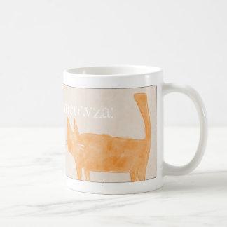 Gato anaranjado en el estaño taza básica blanca