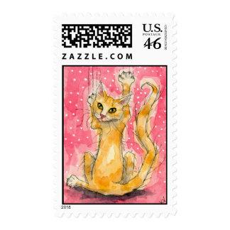 Gato anaranjado en sellos rosados del lunar