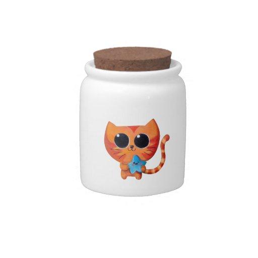 Gato anaranjado lindo con la estrella jarra para caramelo