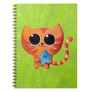 Gato anaranjado lindo con la estrella libreta espiral