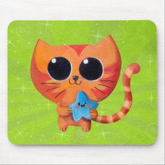 Gato anaranjado lindo con la estrella mouse pads